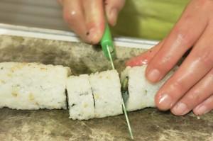 Il taglio dei Maki: bagnare la lama del coltello!