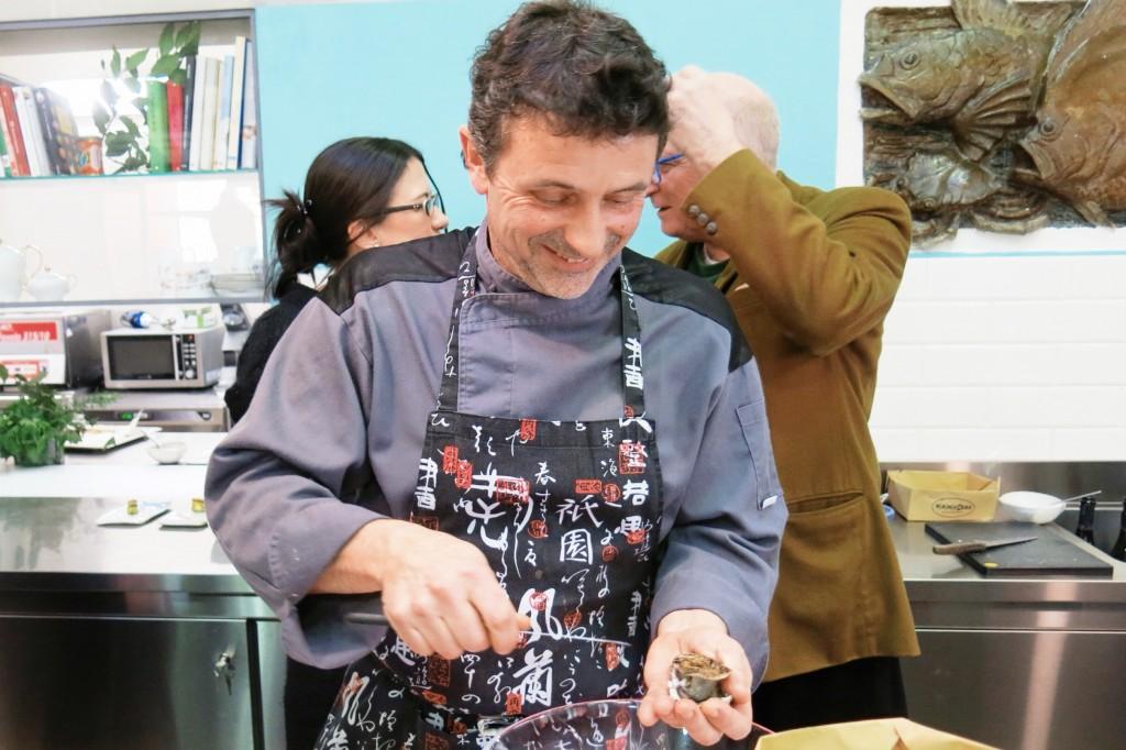 Lo chef Lionel Joubaud durante l'apertura delle ostriche